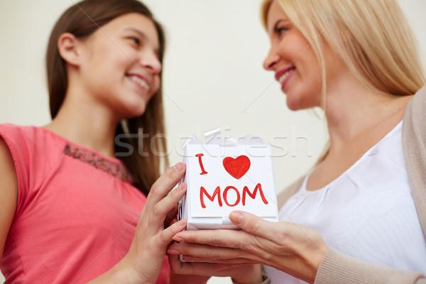 Hediye anne genç kız özel gün kız kalp Stok fotoğraf © pressmaster