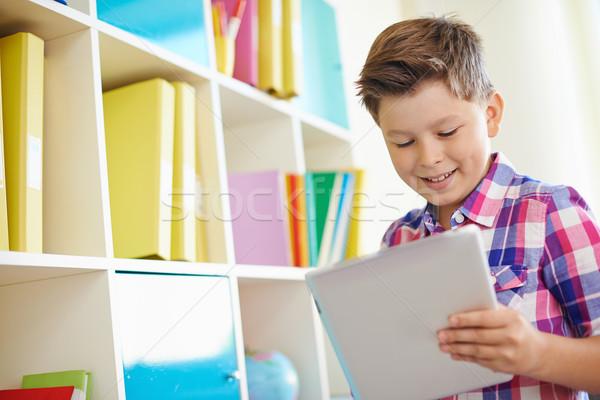Touchpad portré mosolyog iskolás fiú dolgozik osztályterem Stock fotó © pressmaster