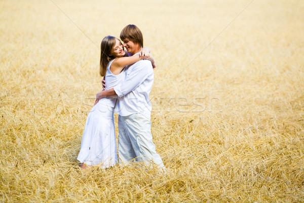 átkarol mező fotó boldog pár búzamező Stock fotó © pressmaster