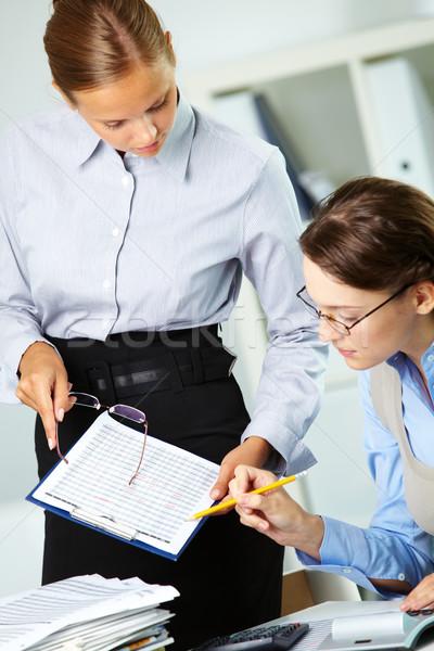 Foto stock: Trabajo · en · equipo · retrato · dos · empresarias · documentos