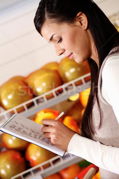 Ne satın almak görüntü güzel kadın satın süpermarket Stok fotoğraf © pressmaster