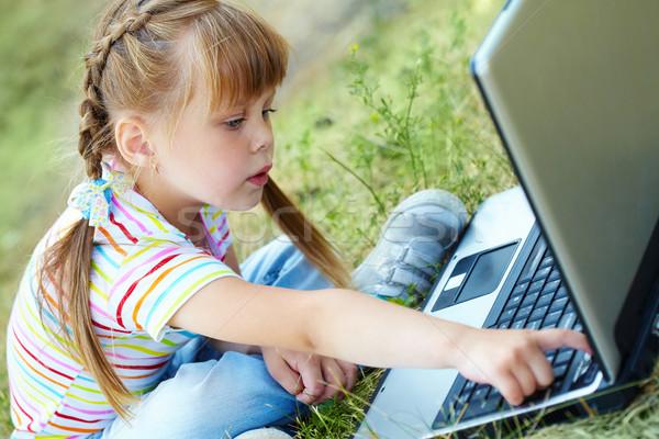 Számítógép kíváncsiság portré kíváncsi lány néz Stock fotó © pressmaster