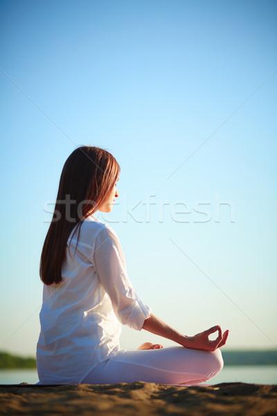 Foto stock: Mulher · relaxante · vista · lateral · meditando · sessão · pose