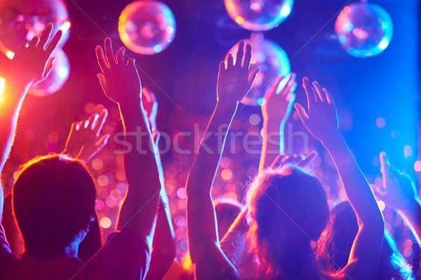 Energie dans arme prietenii Dansuri club de noapte Imagine de stoc © pressmaster