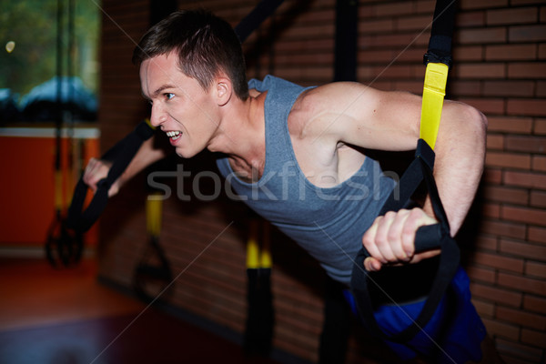 Difficile exercice jeune homme bras muscles homme Photo stock © pressmaster