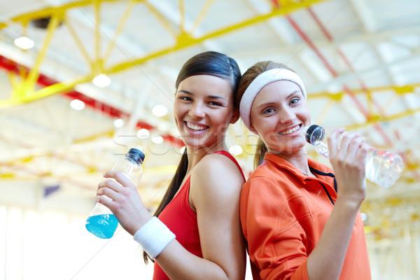 Sed retrato dos deportivo ninas botellas Foto stock © pressmaster