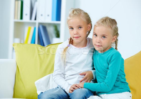 Twin ragazze ritratto seduta divano ragazza Foto d'archivio © pressmaster