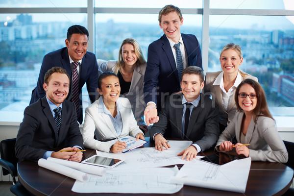 Barátságos üzleti csoport csoport örömteli üzleti partnerek néz Stock fotó © pressmaster