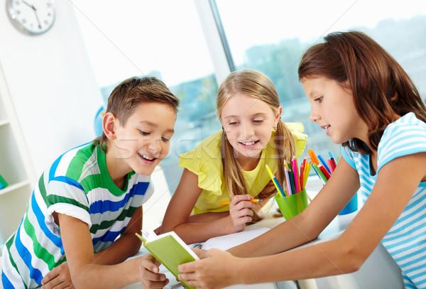 Curioso crianças o que amigo leitura Foto stock © pressmaster