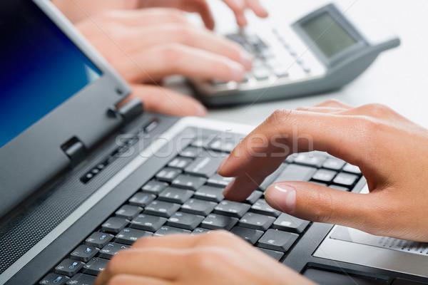 Stock fotó: Kezek · gépel · laptop · szöveg · dolgozik · környezet