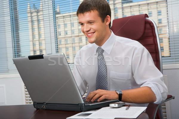 Direktor Porträt lächelnd Sitzung Tabelle eingeben Stock foto © pressmaster