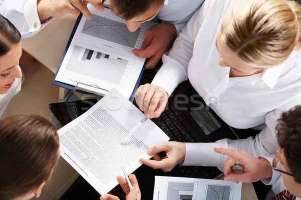 Planejamento trabalhar acima ver equipe de negócios olhando Foto stock © pressmaster