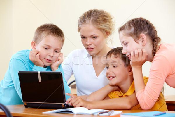 Okos iskolás gyerekek tanár dolgozik laptop számítógép Stock fotó © pressmaster