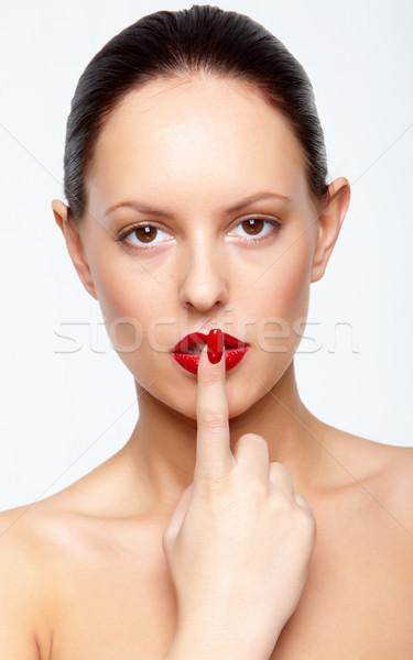 Káprázatos nő piros ajkak körmök néz kamera Stock fotó © pressmaster