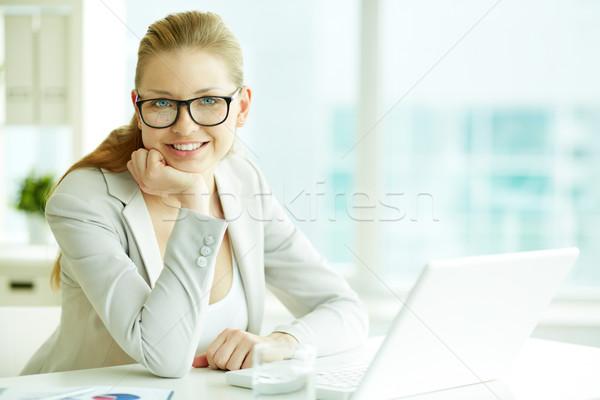 üzletasszony munkahely portré sikeres néz kamera Stock fotó © pressmaster