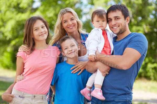 единения фото счастливая семья глядя камеры улице Сток-фото © pressmaster