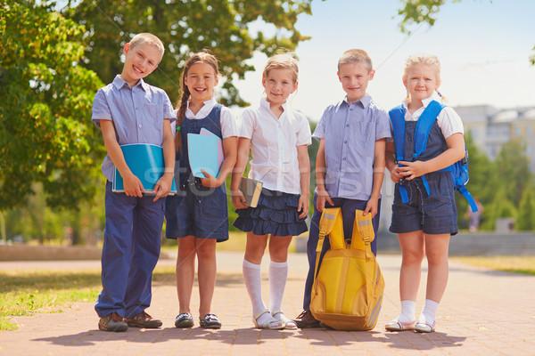 Csoport iskolás gyerekek néhány gyerekek iskolai egyenruha kívül Stock fotó © pressmaster