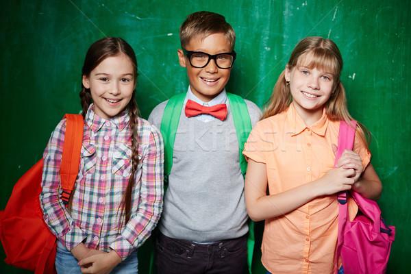 счастливым школьников Постоянный доске глядя камеры Сток-фото © pressmaster