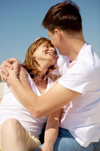 Gyengédség portré szerelmi pár átkarol kék ég Stock fotó © pressmaster