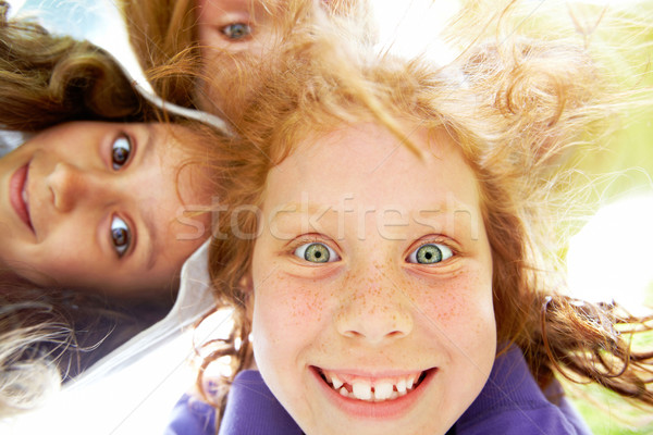 Foto d'archivio: Divertente · bambino · sotto · view · ragazza · felice