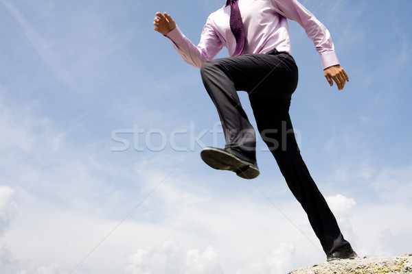 Dinamismo primer plano ejecutando hombre brillante cielo azul Foto stock © pressmaster