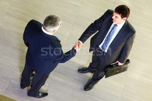 Hommes vue deux affaires serrer la main Photo stock © pressmaster