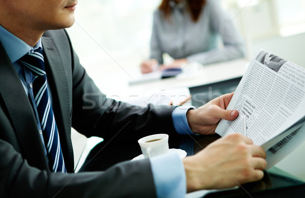 Hombre lectura papel imagen masculina traje Foto stock © pressmaster