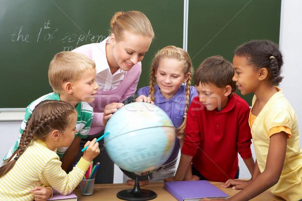 Geografia lição retrato alunos olhando globo Foto stock © pressmaster
