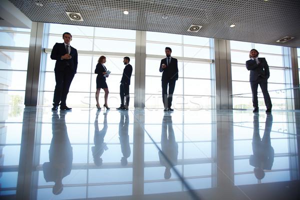 Zespół firmy sylwetki kilka pracowników biurowych stałego okno Zdjęcia stock © pressmaster