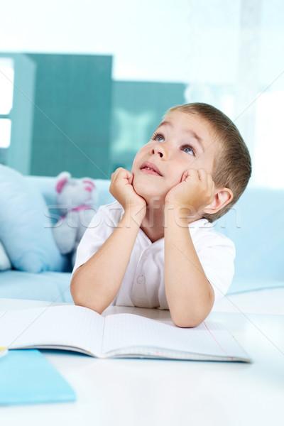 Pensativo chico nino mirando sesión nino Foto stock © pressmaster