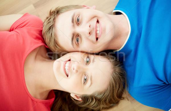 Szemtől szembe fölött szög boldog fiatal pér néz Stock fotó © pressmaster