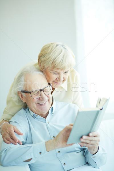 Feliz retrato franco pareja de ancianos lectura Foto stock © pressmaster