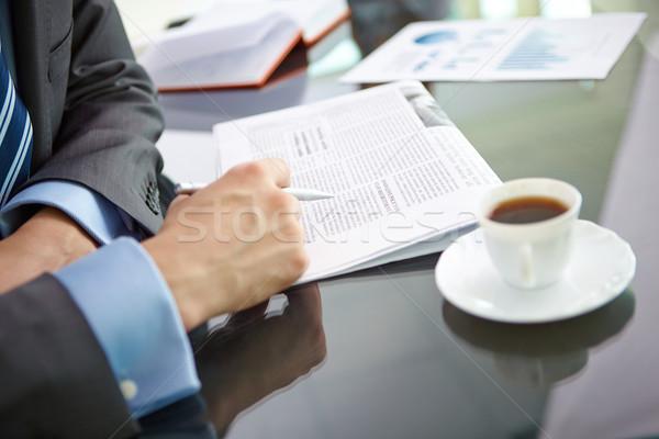 Lezing nieuws mannelijke hand pen krant Stockfoto © pressmaster
