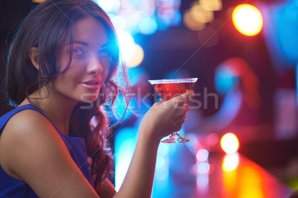 девушки Martini довольно глядя камеры Сток-фото © pressmaster