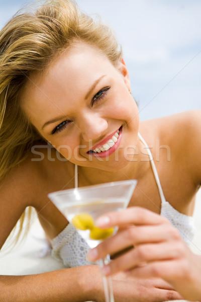 улыбающаяся женщина изображение довольно девушки стакан мартини глядя Сток-фото © pressmaster