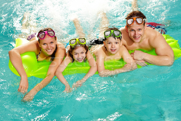 Aile yüzme havuzu gülen kamera gülümseme Stok fotoğraf © pressmaster