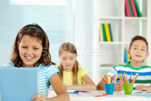 Giovanile ritratto ragazza lavoro guardando digitale Foto d'archivio © pressmaster
