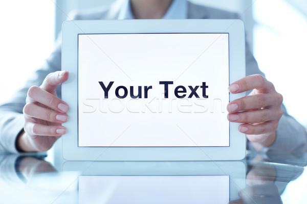 Ogłoszenie kobieta interesu touchpad tekst Zdjęcia stock © pressmaster