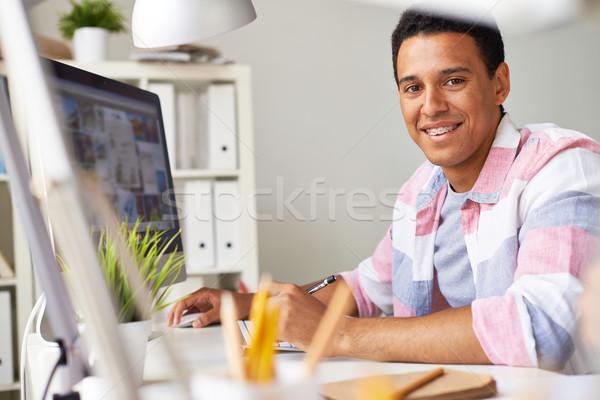 Geslaagd student smart vent naar camera Stockfoto © pressmaster