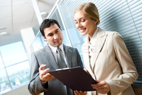 Reunión retrato ejecutivo mirando documento femenino Foto stock © pressmaster
