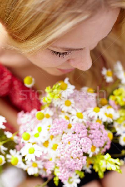 Fragrância retrato mulher jovem monte cara Foto stock © pressmaster