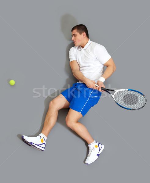 Jogar bola enérgico cara raquete de tênis tênis Foto stock © pressmaster