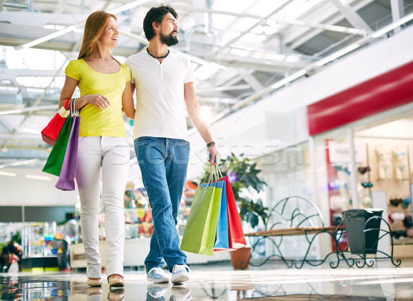 Fogyasztói társadalom portré fiatal pér sétál lefelé bevásárlóközpont Stock fotó © pressmaster