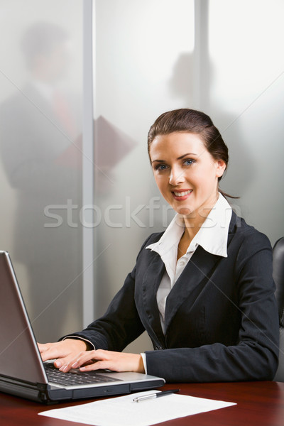 Uitstekend specialist glimlachend typen laptop kantoor Stockfoto © pressmaster