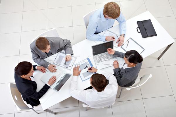 Stok fotoğraf: Toplantı · üzerinde · görmek · iş · ekibi · oturma · etrafında