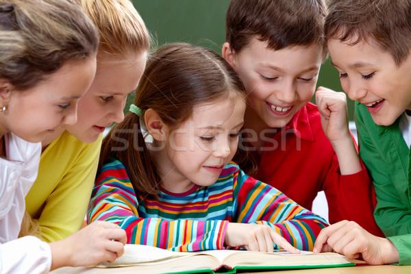 Leitura crianças retrato amigável grupo livro Foto stock © pressmaster