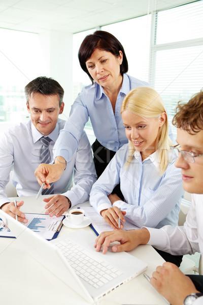 Magyaráz ötlet csoport üzleti partnerek hallgat érett nő Stock fotó © pressmaster