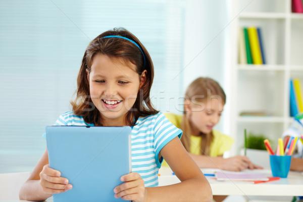 Fiatalos portré lány munkahely néz digitális Stock fotó © pressmaster