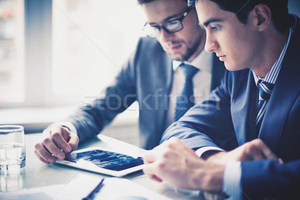 De trabajo touchpad imagen dos jóvenes empresarios Foto stock © pressmaster