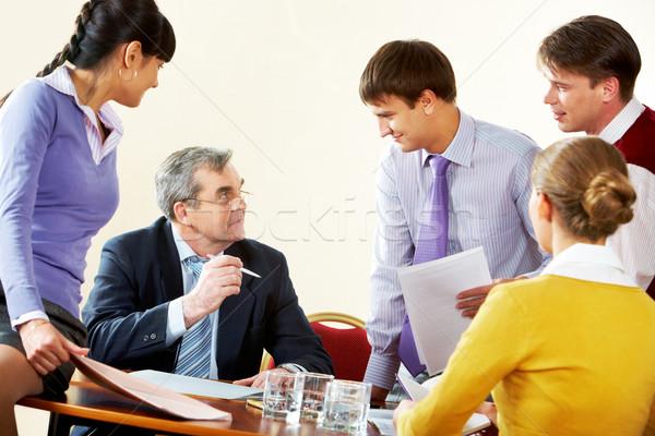 Odprawa obraz szef instrukcje młodych biznesmen Zdjęcia stock © pressmaster